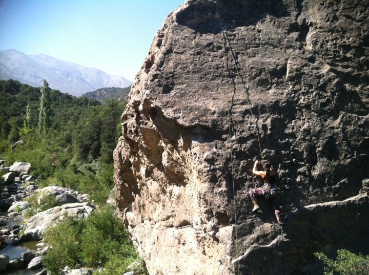 Climbing the rock alongside el Estero del Manzano.